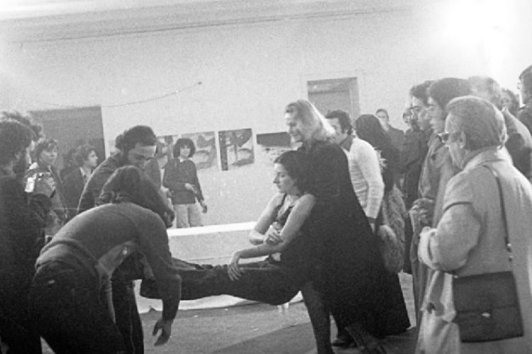 Marina Abramović, Rhythm 0, 1974. Performance, 6 hours. Studio Mona, Naples.